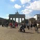 Construído durante o império do Rei Frederico Guilherme II, é o único arco, de muitos construídos na mesma época, que ainda permanece intacto. O arco encontra-se atrás do muro de Berlim e foi palco de muitas estórias.