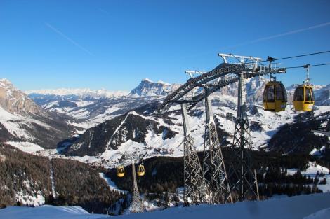 Subida à montanha mais alta do parque de esqui
