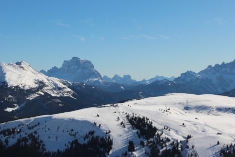 No alto das montanhas na pista de esqui em Corvara